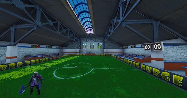 屋内のサッカーピッチでゴールを決める