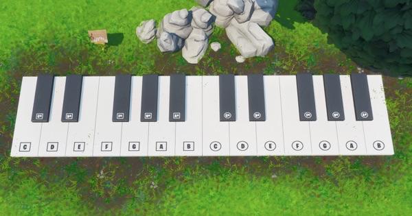 巨大ピアノで楽譜を演奏する