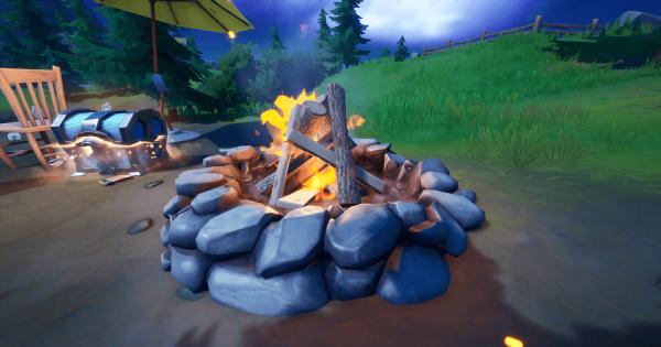 キャンプコッドで焚き火に火をくべる