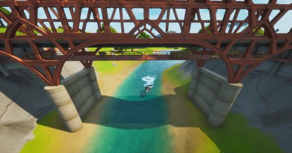 複数の色のスチールブリッジの下をモーターボートで移動する