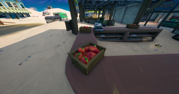 オーチャードの農作物市場でリンゴとトマトの箱を破壊する